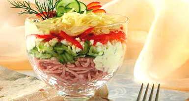 Рецепт: Салат-коктейль с ветчиной и сыром.